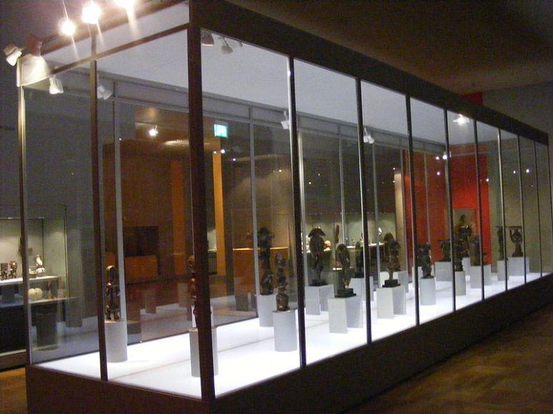 800px-SVM_-_Zentrale_Vitrine_der_Dauerausstellung_Afrika